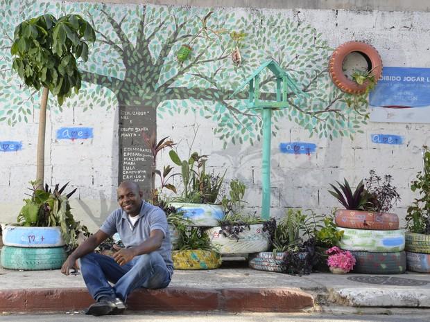Servidor público transforma pontos de disposição irregular em jardins coloridos, no ES
